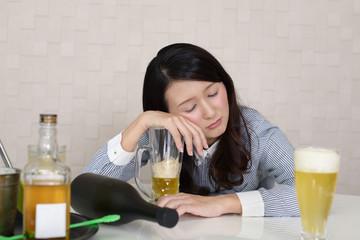 アルコールが肝臓で分解される過程で作られる物質「アセトアルデヒド」が二日酔いの元凶