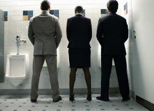 男性トイレの写真│ミドリムシ(ユーグレナ)に含まれるグルタミン酸は尿の排出を促進する効果や脳の機能を活性化する効果を持つ