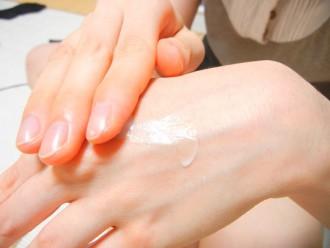手の甲をケアあしている写真│セリンは肌の角質層に最も多く存在
