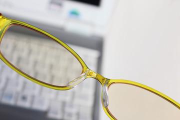 ゼアキサンチンはパソコンやテレビ、携帯電話から発せられる有害な青色の光(ブルーライト)から目を守っています。