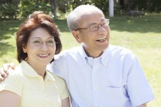 中の良い老夫婦の写真│DHAは認知症やアルツハイマー病などの予防にも効果的