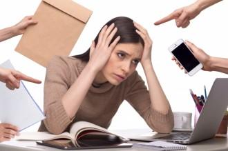 ストレスに囲まれている女性の写真│ストレスもシミの原因になる
