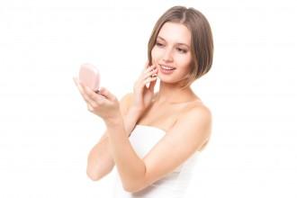 自分の肌の具合に満足げの女性の写真│肌荒れ予防・改善にはユーグレナが効果的