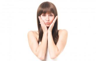 良好な肌の具合を確かめる女性の写真│ユーグレナの化粧品は肌に良い効果が期待できる