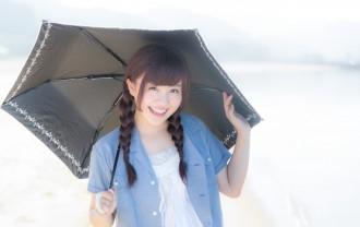 日傘をさす女性の写真│シミの原因は紫外線
