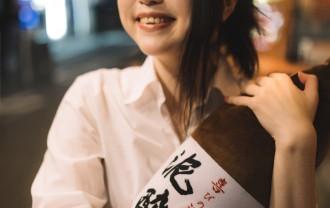 一升瓶を抱く女性の写真│ミドリムシで二日酔い知らず!