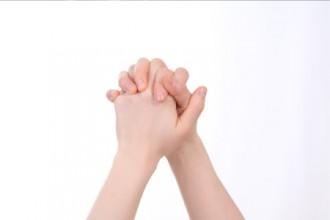 手をつなぐ画像│スーパーホルモン「アディポネクチン」とは?