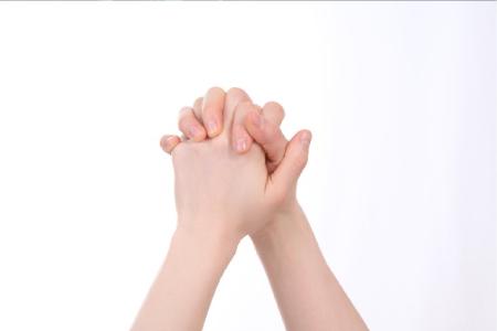 手をつなぐ画像