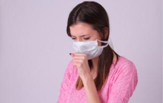 マスクをして俯く女性│アレルギーが起こる理由とは?