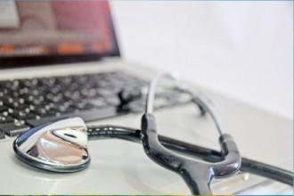 パソコンに置かれた聴診器の画像│ミドリムシ(ユーグレナ)にその抑制効果が期待されるガンの発生メカニズムとは?