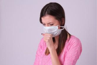 風邪を引いた女性の写真│風邪をひきやすい人とひきにくい人の違いとは?