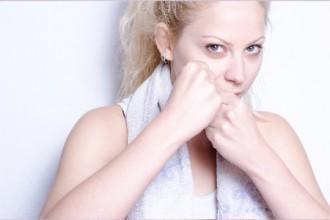 ファイティングポーズの女性の写真│ミドリムシ(ユーグレナ)に期待される免疫力アップ効果とは?