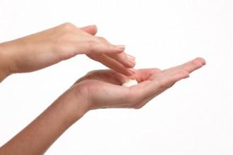 手のひらに化粧品をのせる画像│ミドリムシ(ユーグレナ)を使った化粧品は美白効果抜群