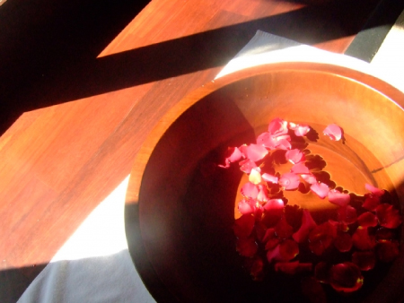 水を張った桶に花びらが浮かんでいる画像