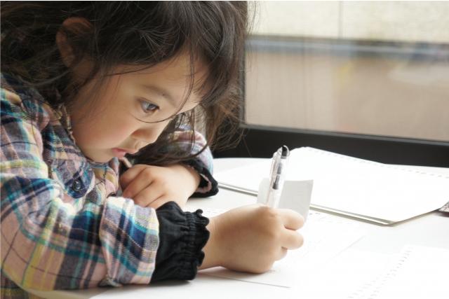 集中して机に向かう子どもの画像