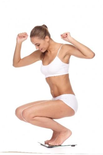 体重計に乗る女性の写真│ミドリムシがダイエットに効く?