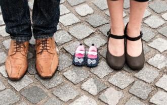 男性と女性、子どもの靴の画像│ミドリムシに含まれる「葉酸」は特に妊活中の女性にしっかりと摂取して欲しい成分