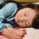 すやすやと気持ちよく寝ている子どもの画像