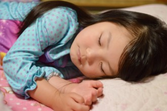 すやすやと気持ちよく寝ている子どもの画像│ミドリムシ(ユーグレナ)に含まれる「GABA(ギャバ)」は寝ている間に脳で作られる抑制性神経伝達物質