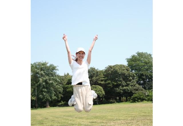 元気よくジャンプする女性の画像