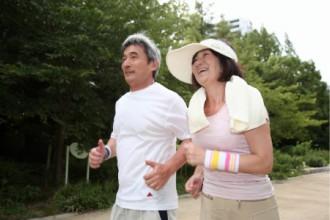 夫婦で仲良くジョギングする画像│アディポネクチンの量を増やすミドリムシ(ユーグレナ)
