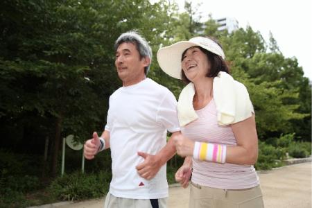 夫婦で仲良くジョギングする画像