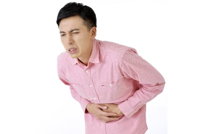 下痢や軟便に苦しむ男性の画像