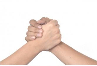 手を握り合う画像│ユーグレナサプリメントのミドリムシエメラルドには効果の大きなマキュベリーが追加されています
