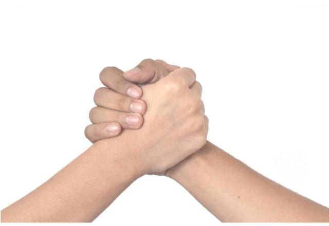 手を握り合う画像