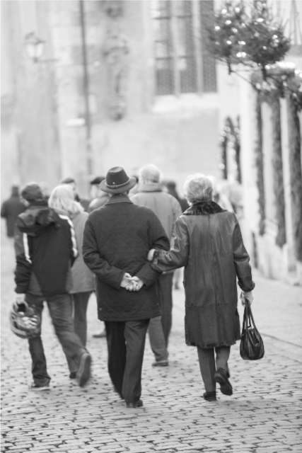 仲良く並んで歩く老夫婦の画像
