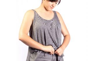 お腹周りがきつくて困る女性の画像│「パルミトレイン酸」はメタボや糖尿病にも効果が期待できる