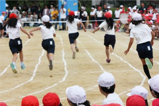 運動会で走る子どもたちの画像