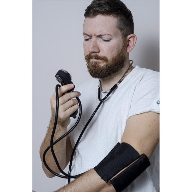 血圧を測る男性の画像