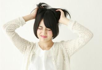 イライラする女性の画像│糖質をエネルギーに変換する「ビタミンB1」とは?