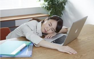 集中力が切れてしまい困る女性の画像│ビタミンB1は神経系の伝達に関与しており、脳などの神経細胞や筋肉、心臓の動きを正常に保つ重要な役割を担う