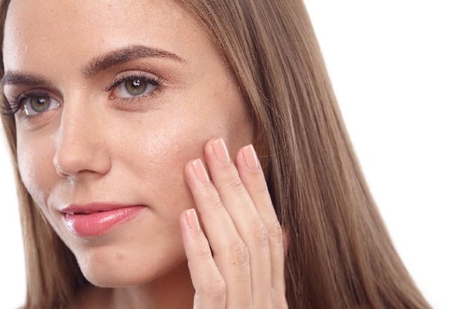肌を気にする女性の画像