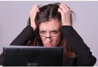 うまくいかずイライラする女性の画像│ホルモン合成を促すパントテン酸とは?