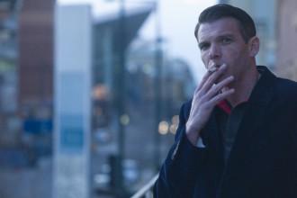 喫煙中の男性の写真│「シスチン」は喫煙などによって生じた活性酸素から体を守る効果あり