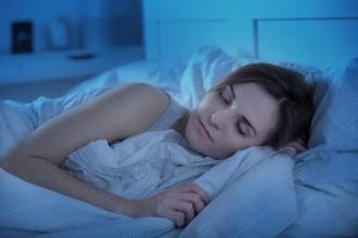 就寝中の女性の写真│サプリメントを飲むのは「就寝前」も効果的