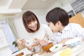 食事中の母子の写真│サプリメントを飲むのは食前・食後の胃が活性化しているタイミングが望ましい