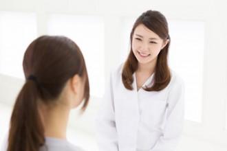 女医と患者の写真│ミドリムシは1日500~1,000mgの摂取を推奨