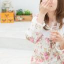サプリを飲む女性の写真│ユーグレナ(ミドリムシ)を効果的に飲むベストなタイミング