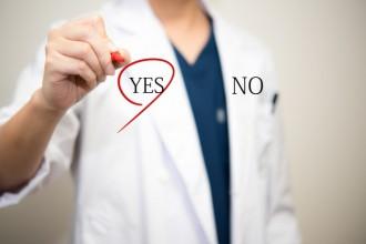 「YES」に〇をする男性医師の写真│ミドリムシエメラルドに関する口コミをチェックしよう!