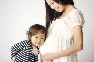 妊娠中の女性とお腹に耳を充てる子供の写真│ユーグレナを妊娠中に摂取しても大丈夫?